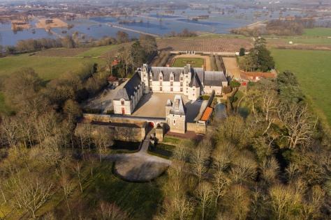 Photo aerienne du chateau de Goulaine et des marais